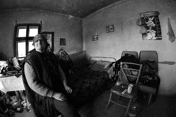 Стара къща отвътре с баба на леглото